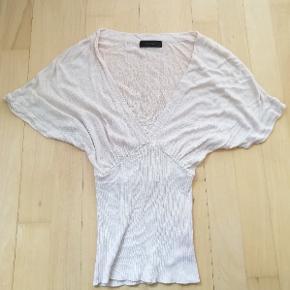 T-shirt i tyndt strikstof Farve: Beige / creme / råhvid  Str. S