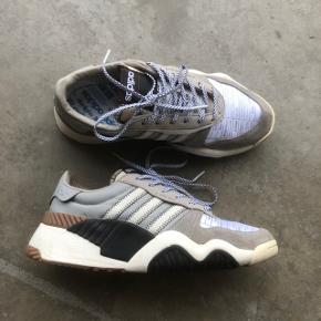 """Sælger disse Adidas x Alexander Wang sneakers. Mange fede """"reverse"""" detaljer. Brugt nogle gange, men fejler intet.   Str 40  Cond 8/10 Mp 500 + fragt"""