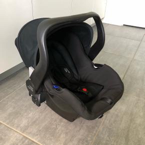 Britax Römer autostol 0-13 kg med base. Brugt til et barn. Basen kan både monteres med sele og isofix. Der medfølger diverse manualer.
