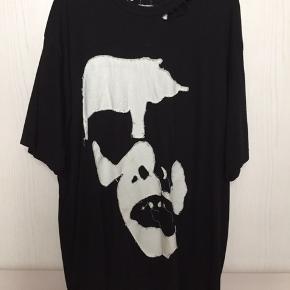 Sælger denne T-shirt.  KUN LAVET ÉN I HELE VERDEN.  Den er håndsyet i Danmark.  Str. XXL  Men kan sagtens bruges af lidt mindre. Jeg er 1.80 og vil sagtens kunne bruge den som en oversized tee, hvilket også er meningen med den.  Køb den nu for 350 + fragt.   Skriv gerne for flere billeder osv