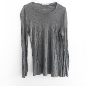 Alexander Wang bluse i grå den har lidt fnuller  størrelse: S   pris: 170 kr   fragt: 37   obs den bliver dampet inden afsendelse