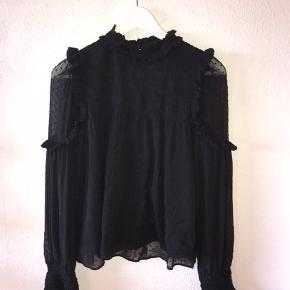 Super fin skjorte / tunika fra zara! Den ene knappeholder (bagpå) - se billede er knækket, men den kan sagtens syes på. Ellers er standen super fin
