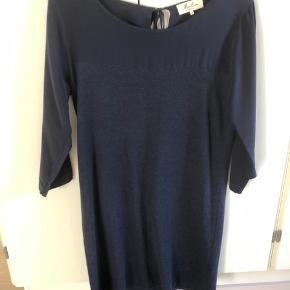 Blå kjole i strik og silke fra franske Marie sixteen.