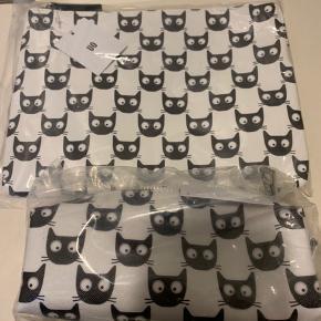 Hvid (med sort kattemønster) Minitaske, penalhus/kosmetik pung fra Urban Outfitters. Aldrig brugt og sælges helst samlet (nypris 300 + for begge dele) Minitasken (kan nok også bruges som toilettaske) Mål:  Taske med xtra mindre rum indvendig Bredde ca 25 cm og højde 18 cm Pencil bag / make up pung: bredde 20 cm & højde ca 7 cm. Materiale - se billede!