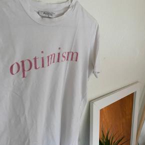 Super fin t-shirt fra Pieces i en str. XS. Brugt nogle gange, men uden synlige tegn.🌼