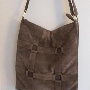 Varetype: taske Størrelse: Stor Farve: Brun  Dejlig skuldertaske i ruskind.