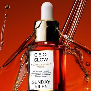Sunday Riley er kendt for sine yderst veldokumenterede og effektive produkter, hvis række af beauty awards og kendisfans er alenlang.  C.E.O. Vitamin C + Turmeric Face Oil er en ansigtsolie, der giver huden maksimal glød.  'Stjerneingrediensen' er THD Ascorbate, som er et C Vitamin, der bevarer sin antioxidant effekt, selvom det bliver udsat for vand og ilt.  C Vitaminet lysner og giver glød, og det samme gør indholdet af gurkemeje, mens skønne olier fra bl.a. hindbær og kæmpenatlys giver fugt.  Ny og helt ubrugt, stadig i æske. Det er 15 ml. udgaven, som koster €52 eller ca. 390 DKK på Net-a-porter.  Sælges for 200 kr. + porto  Bytter ikke.