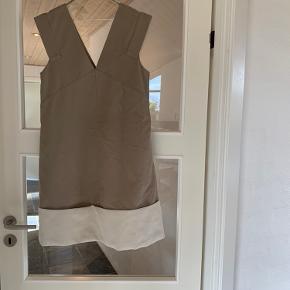 Smuk kjole fra COS. Str. 38  Er super fed med en t-shirt eller skjorte under  Brugt 1 gang, og fremstår derfor som ny