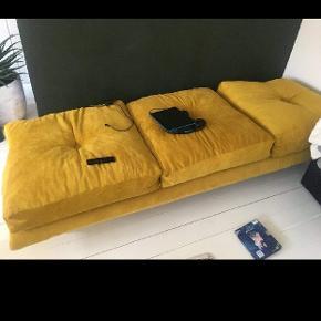 Homemade daybed/sofa af okkergul møbelstof i bredriflet fløjl.  Guldben.