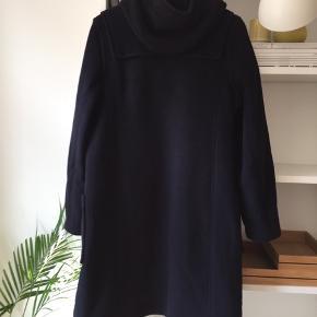 Den klassiske duffel coat i navy fra det engelske mærke Gloverall sælges, da jeg ikke får den brugt. Rigtig god stand. Bytter ikke. Kan ses og prøves på Islands Brygge, Kbh S.   Bytter ikke. Ønskes TS-handel betaler køber gebyrerne.