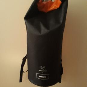 Vivobarefoot Finisterre waterproof rucksack. 35 l. Tasken er cylinderformet og måler ca. 60 × 27 cm.  Brugt en enkelt gang så fremstår som ny.  Nypris 1296,- kr.