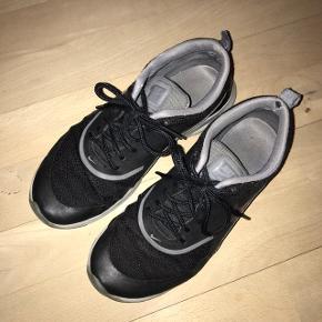 Fede sneakers fra Nike, modellen Air Max Thea. Super fin og feminin pasform. Dog godt brugte, hvilket også ses på billederne. De sælges derfor super billigt. Perfekte som træningssko eller til festival. Byd endelig :D