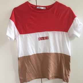 Oversized rød, hvid og beige tee fra NA-KD.