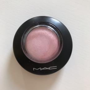 Mineralize blush fra Mac i farven Just A Wisp. Kun brugt få gange, så den fejler ingenting, udover nogle små pletter på låget 😊