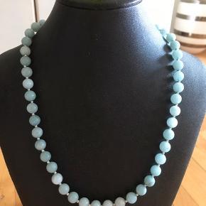 Håndlavede halskæde i 8 mm Aqarmarine sten.   Længde: 49 cm  Fragt: 20,- med postnord eller fra 33,- med dao