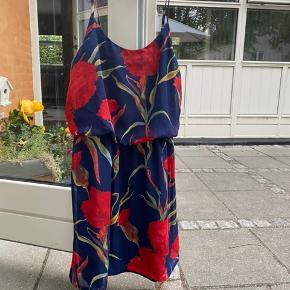 Flot kjole fra Sister Point. Regulerbar stropper. Ikke brugt :)