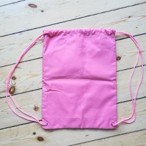 Sportsrygsæk, Playboy pink Drawstring Bag/gym bag/ gymnastiktaske/back pack. Helt ny og ubrugt. Mål: Cirka 41 cm x 31 cm. Eventuel fragt lægges oveni: 20 kr. som brev med PostNord