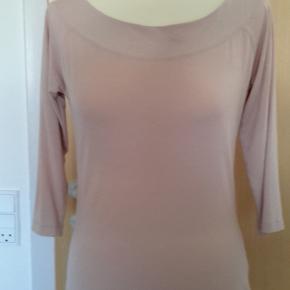 Den kendte Bitte Kai Rand bluse i støvet rosa..Brugt FÅ gange! Den lækre kvalitet gør, den aldrig bliver anderledes selvom den bruges og vaskes...PRISEN ER FAST og porto på 37 kr. kommer oveni.