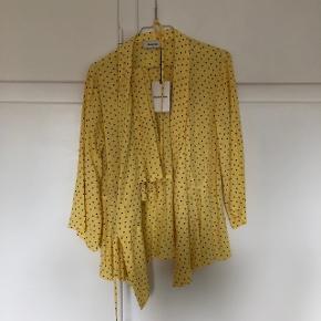 Slå om bluse og nederdel :) sælges samlet !