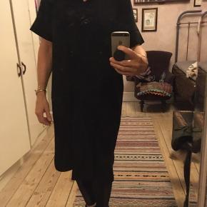 klassisk sort kjole fra Drys str. large, 100% polyester, Længde 104cm. Næsten som ny. 200kr Kan hentes Kbh V eller sendes for 40kr DAO