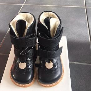 Nye og varme vinterstøvler med blomst, velcrolukning samt rågummisål.  Passer til normal/bred fod  Måler 15,6 cm  MP: 570,- pp
