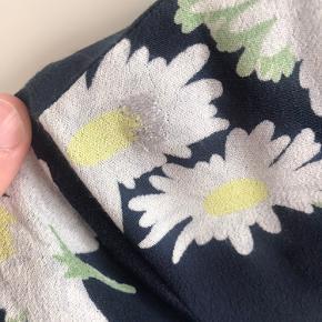 Fin kjole fra ganni, den er brugt min i fin stand!  Der har været en hul på den ene skulder, som er syet ved en skrædder - se billede 2 😊  Derfor er prisen også lav!  Mp: 150 kr. + fragt