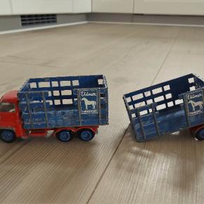 Biler, Wilmer Bedford Lastbil/ Hestetransporter  Fin gammel Wilmer Bedford lastbil/ hestetransporter med anhænger.  Er leget med i 1950erne  Trækket på anhængeren mangler desværre så den kan ikke kobles på lastbilen og låger til vognkasserne men man kan vist købe reservedele til Wilmer biler  Lastbilen er ca 11 cm lang og ca 5,5 cm høj Anhængeren ca. 7 cm. lang og 5,5 cm høj  Sender gerne hvis køber betaler fragt 36 kr. med forsikret forsendelse og med selvafhentning på nærmeste posthus.  Kan betales med mobielpay eller med bankoverførsel