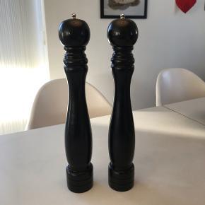 To fine kværne i sort træ, de er 42 cm høje