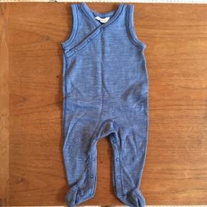Heldragt fra joha med fødder str 70 cm 68/74 i uld.Kun brugt til at sove i. 25kr fast pris.