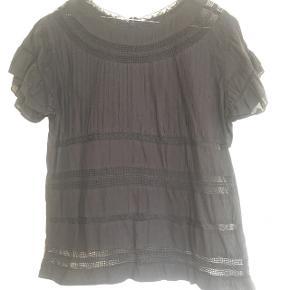 Skjorteblusen er helt sort. Str. hedder M, men den passer str. 42.  Sælger også præcis den samme i hvid.  Giver 25kr rabat på hver ved køb af flere skjorter og bluser til 100kr stk.