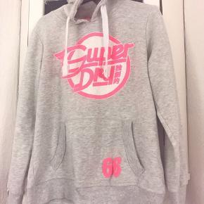 Fed hoodie fra SuperDry, brugt få gange. Lille i str, så den passer str M/L. Nypris 699,-
