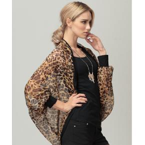 Ny & ubrugt leopard cardigan leopardprint dyreprint i chiffon str. one-size (der står ingen str. i den). Kan afhentes i Taastrup eller sendes som forsikret DAO pakke til kun 36 kr. OBS: Kjolen er også ny & ubrugt til samme pris på mine andre ann.!