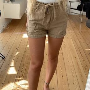 Lækre hør-agtige shorts med hæklet mønster i siden fra Zara. Brugt få gange i én sæson.