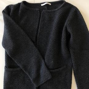 Mørkegrå cardigan fra Sibin Linnebjerg sælges. Cardiganen har kun været i brug enkelte gange, og er derfor helt som ny. Den er super komfortabel, blød og varm, og er lavet af 50% merinould og 50% akryl. Nypris var 799,- Køber betaler fragt, hvis varen skal sendes.