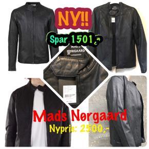 Superfed biker-inspireret læderjakke str. S fra MADS NØRGAARD - spritny med tags.  Har masser af fede detaljer og er et røverkøb til prisen! Nypris: 2.500,-  Sælges til KUN 999,- pp  - SPAR 1.501,-!!!