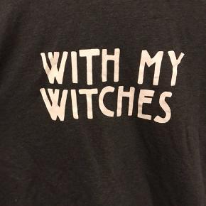 """Grå langærmet med """"with my witches"""" grafik 👻"""