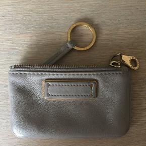 Sælger min pung med nøglering, som jeg har været utrolig glad for. Køb i butikken i Århus for ca 5 år siden.  Den er brug og har de alm brugsspor men lynlås virker upåklageligt og den er i rigtig pæn stand. Flere billeder kan sendes