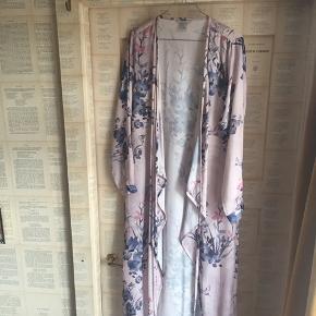 Slå om kjole i satin med smukt blomstermotiv. Er str 42 men bruger den selv som en str 38, da jeg syntes den sidder flot løst.