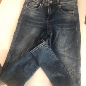 H&m jeans  Massere af stræk, sidder tæt Nypris 400,-