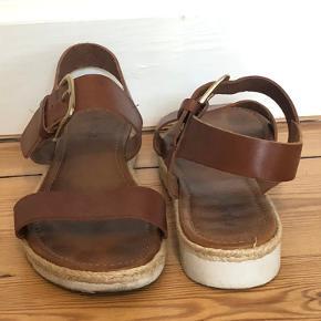 Flot sandal fra Bianco, i brunt leder. Er brugt en sommer.