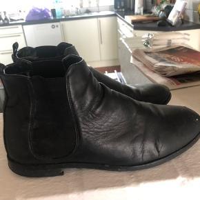 Total lækker skind støvle. Super gode at gå i. Nypris var 1.400,- kr.