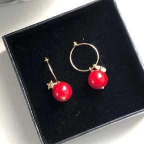 Smukke røde perler i forgyldt 15mm creol og lille stjerne vedhæng.   Perlen kan laves efter farve ønske.