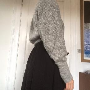 Rigtig lækker kvalitetssweater fra hm, brugt en del men ingen tydelige tegn på slid.