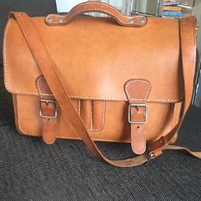 Varetype: Skuldertaske Størrelse: 14x37x27 Farve: Lysebrun  Lækker taske i kernelæder med fire rum og justerbar skulderrem. Flot patina.  Remmen har lidt slidmærker, men ikke noget der har effekt for funktionalitet.
