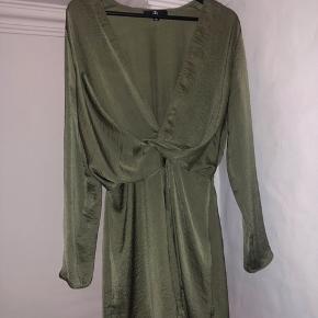 Kjole med dyb udskæring. Brugt en gang - ikke noget som kan ses. Nypris var omkring 400 kr.