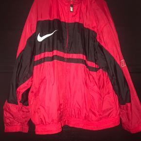 Vintage nike jakke. Kan ikke rigtig passe den, så den samler bare støv