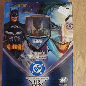 Super fedt kortspil med Batman og Jokeren.  Super flotte kort.  DC Trading Card Game Starter sæt til 2 spillere. Indeholder alt du skal bruge for at 2 kan spille mod hinanden. I alt 80 kort, spillemåtte og regelbog.   Passer også med andre spil fra VS System serien. Men de er ikke nødvendige for at spille startersættet.