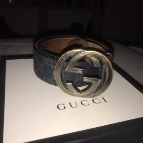 Min kæreste sælger sit elskede Gucci-bælte, da han desværre ikke får det brugt længere. Nypris var 2000 kr (260 euro), og er købt i Marbella i 2017.   Der er tegn på brug, men bæltet er stadig i super fin stand og høj kvalitet.   Byd gerne 😁😁😁