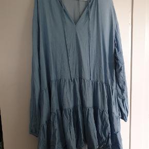 Populær global funk kjole,  det er en størrelse M/L Brugt en enkelt gang  Køber betaler porto