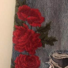 Lækre jeans der stumper og er sommerfriske. Smukke broderede roser ❤️ Str.29